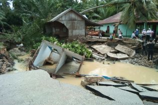 Біда не приходить одна: через масштабну повінь в Індонезії загинуло 20 осіб, серед яких багато дітей
