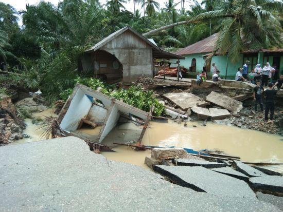 Беда не приходит одна: из-за масштабного наводнения в Индонезии погибли 20 человек, среди которых множество детей