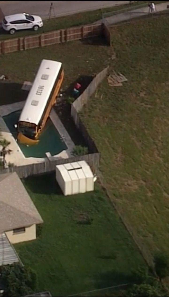 Во Флориде школьный автобус с детьми снес забор и въехал в бассейн