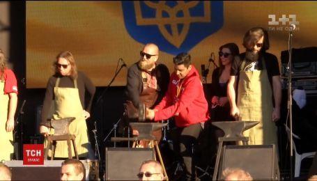 Участники фестиваля кузнецов исполнили гимн Украины молотками