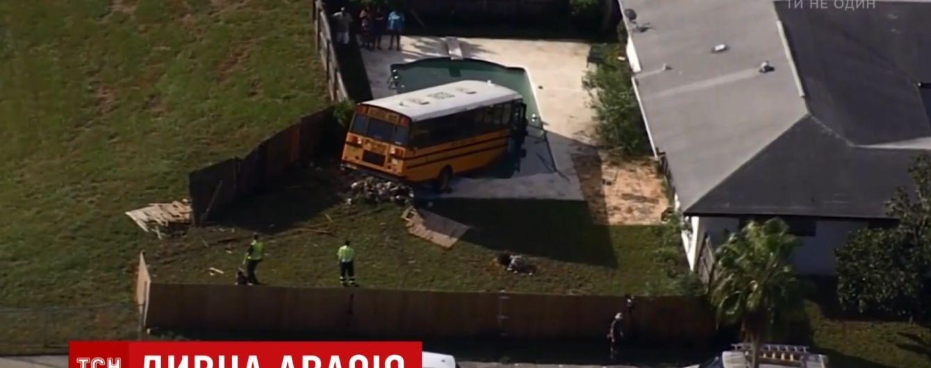 В США автобус со школьниками рухнул в бассейн