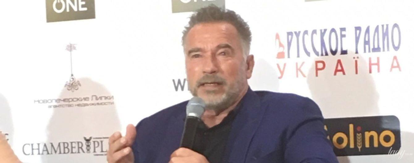 У синьому піджаку і з бородою: стильний Арнольд Шварценеггер виступив на бізнес-форумі у Києві