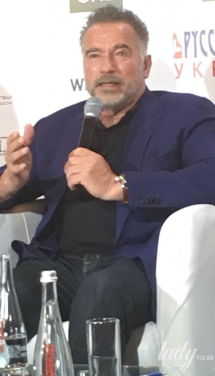 В синем пиджаке и с бородой: стильный Арнольд Шварценеггер выступил на бизнес-форуме в Киеве