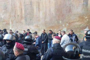В Киеве полиция задержала десятки молодых людей возле Киево-Печерской лавры