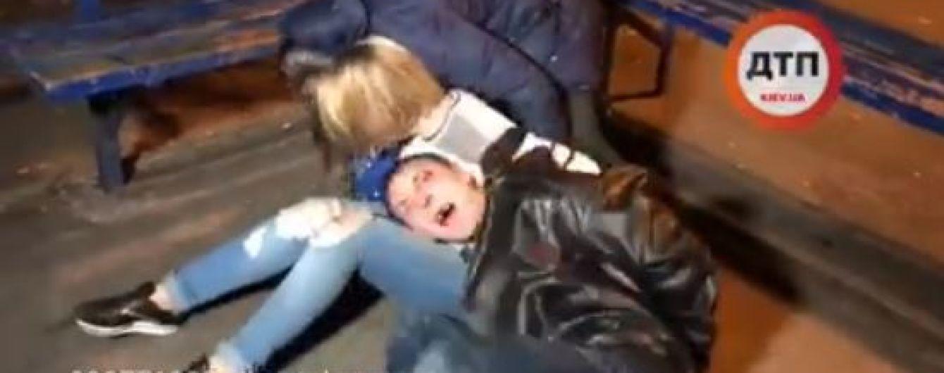 В Киеве беременная женщина пыталась украсть вещи с места ДТП