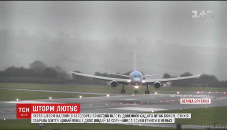Из-за шторма в Великобритании пилоту пришлось садить самолет боком