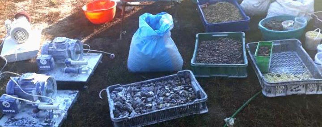 У Рівненській області діяв підпільний цех з обробки бурштину