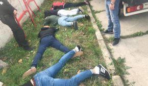 Обличчям на підлогу та СІЗО. На Хмельниччині поліція затримала три десятки тітушок
