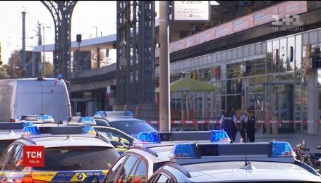 На железнодорожном вокзале Кельна неизвестный взял в заложники женщину