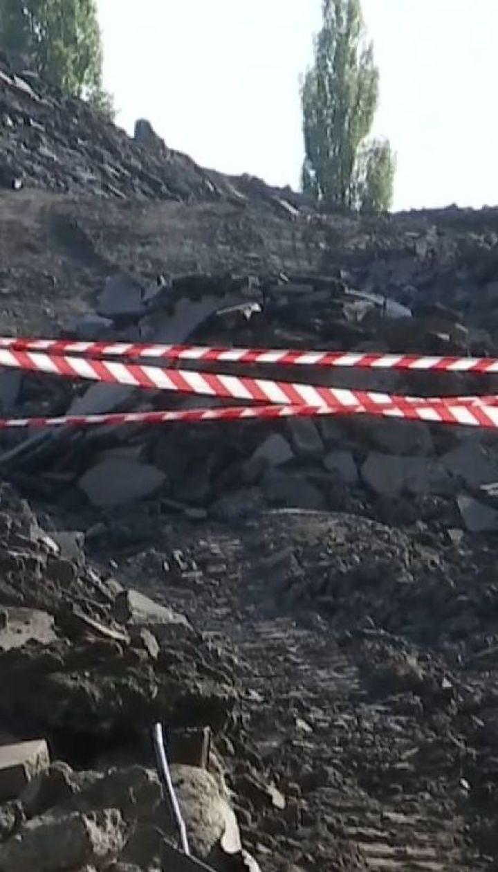 Активісти та депутати символічно опечатали асфальтний завод, який забруднював спальний район Києва