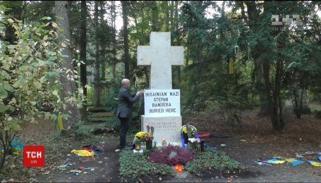 Кремлівський пропагандист Грем Філліпс поглумився над могилою Степана Бандери