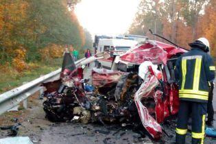 На Киевщине легковушка лоб в лоб столкнулась с грузовиком, трое человек погибли