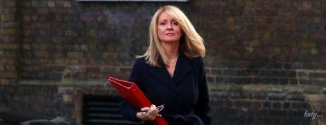 Блондинка в элегантном пальто: новый образ министра труда и пенсий Великобритании Эстер Макви