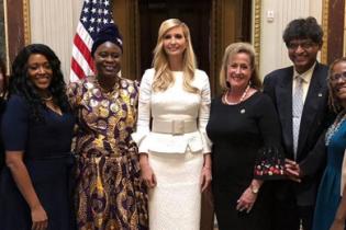 В белом костюме и бежевых туфлях: изящная Иванка Трамп выступила на конференции в Белом доме