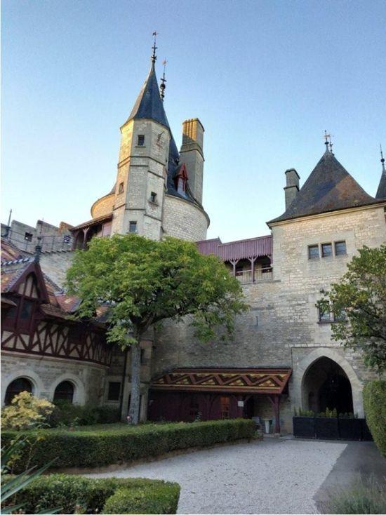 Український корупціонер, який зімітував свою смерть, купив замок у Франції – Європол