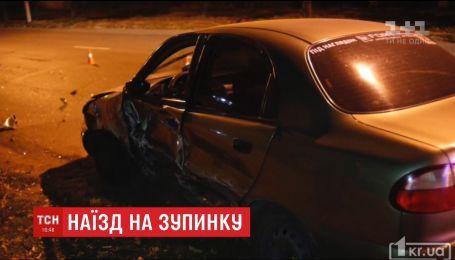 Не справился с управлением: в Кривом Роге водитель иномарки на скорости врезался в остановку