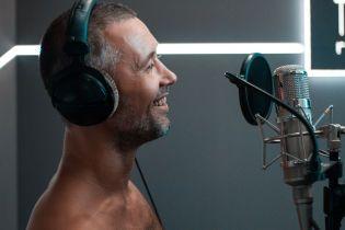Сергій Бабкін посвітив оголеним прокачаним торсом в студії звукозапису