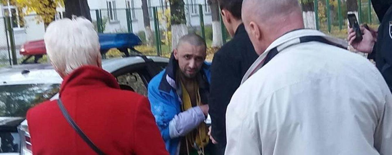 У Києві схопили чоловіка, який переслідував дітей з ножем і мотузками