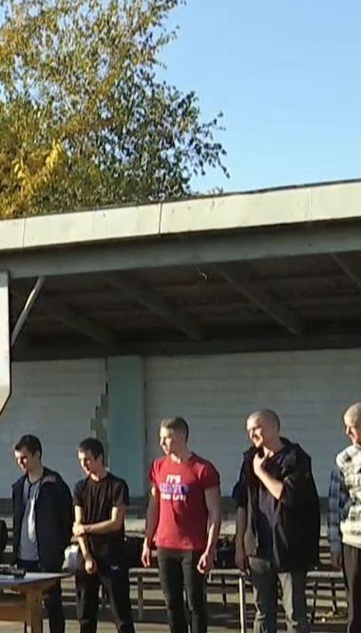 Призов на строкову службу: перші юнаки вже прибувають до пунктів збору