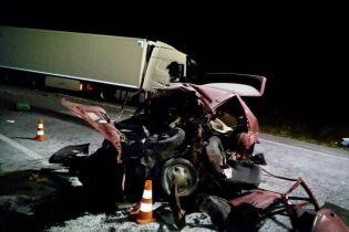 """Під Вінницею вантажівка розтрощила """"Таврію"""", водій загинув"""