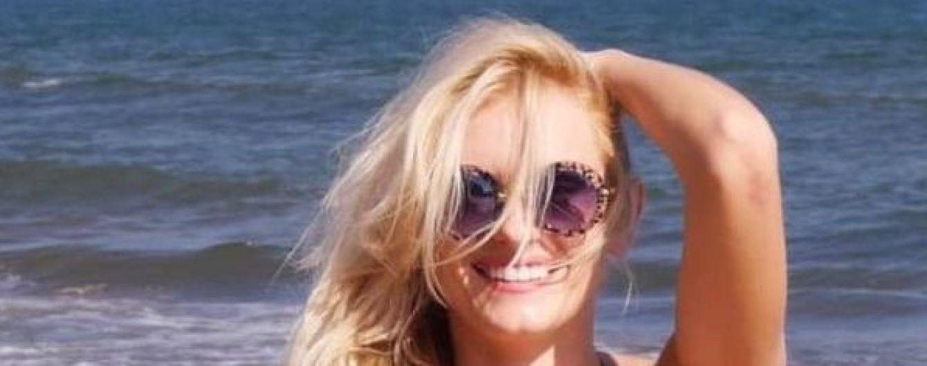 Длинноногая Ирина Федишин в бикини продемонстрировала стройную фигуру