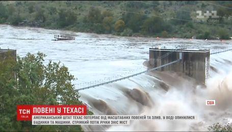 Реки вышли из берегов, в воде оказались дома и машины: Техас страдает от наводнения
