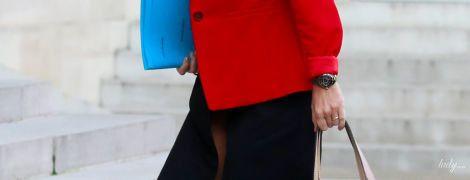 Младший министр здравоохранения Франции пришла на заседание в красном жакете и замшевых туфлях