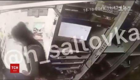 Отважная продавщица. В Харькове женщина пыталась остановить вооруженного грабителя