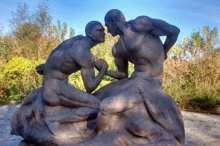 Під Житомиром поставили голих братів Кличків, у соцмережах насміхаються зі скульптури