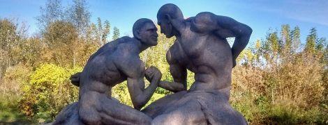 Под Житомиром поставили голых братьев Кличко, в соцсетях смеются над скульптурой