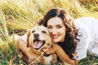 Усміхнена Соломія Вітвіцька в осінніх променях сонця знялась у фотосесії зі своїм собакою