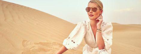 В белом платье с глубоким декольте: Китти Спенсер позировала в пустыне