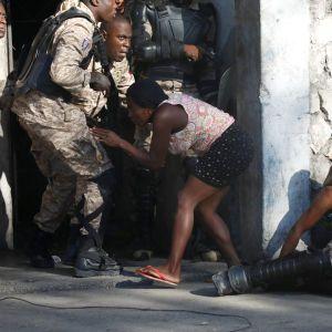 На охваченном протестами Гаити совершили покушение на убийство президента