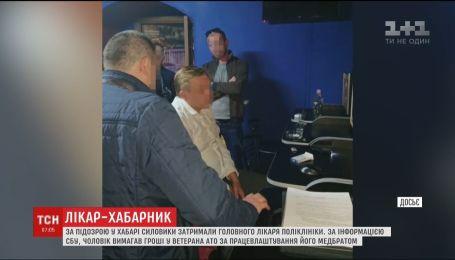 Главный врач львовской поликлиники требовал деньги у ветерана АТО, чтобы проиграть их в казино