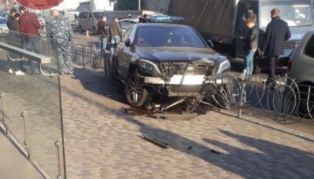 У центрі Києва п'ять авто зіткнулись у масштабній аварії