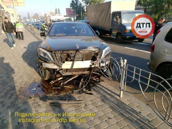 Масштабна аварія на столичному Подолі: у 20-річного водія Mercedes міг статися епілептичний напад