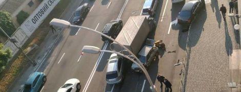 Масова ДТП у Києві на Подолі: через зіткнення ВАЗа з Mercedes рух транспорту паралізувало