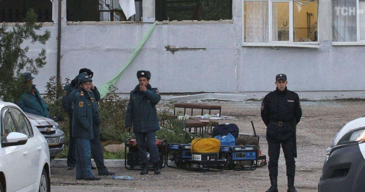 Полицейские возле политехнического колледжа, где произошла трагедия @ Reuters
