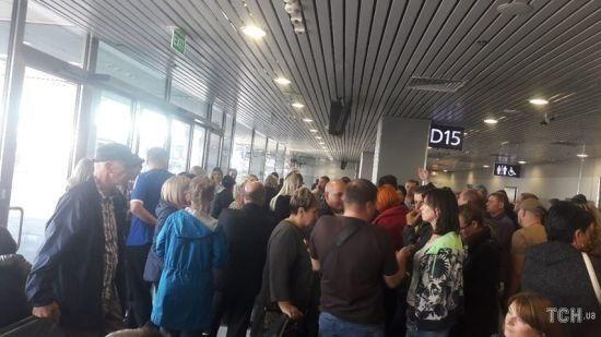 """Авіаколапс в аеропорту """"Бориспіль"""". Дві сотні пасажирів півдоби чекають вильоту на відпочинок до Єгипту"""