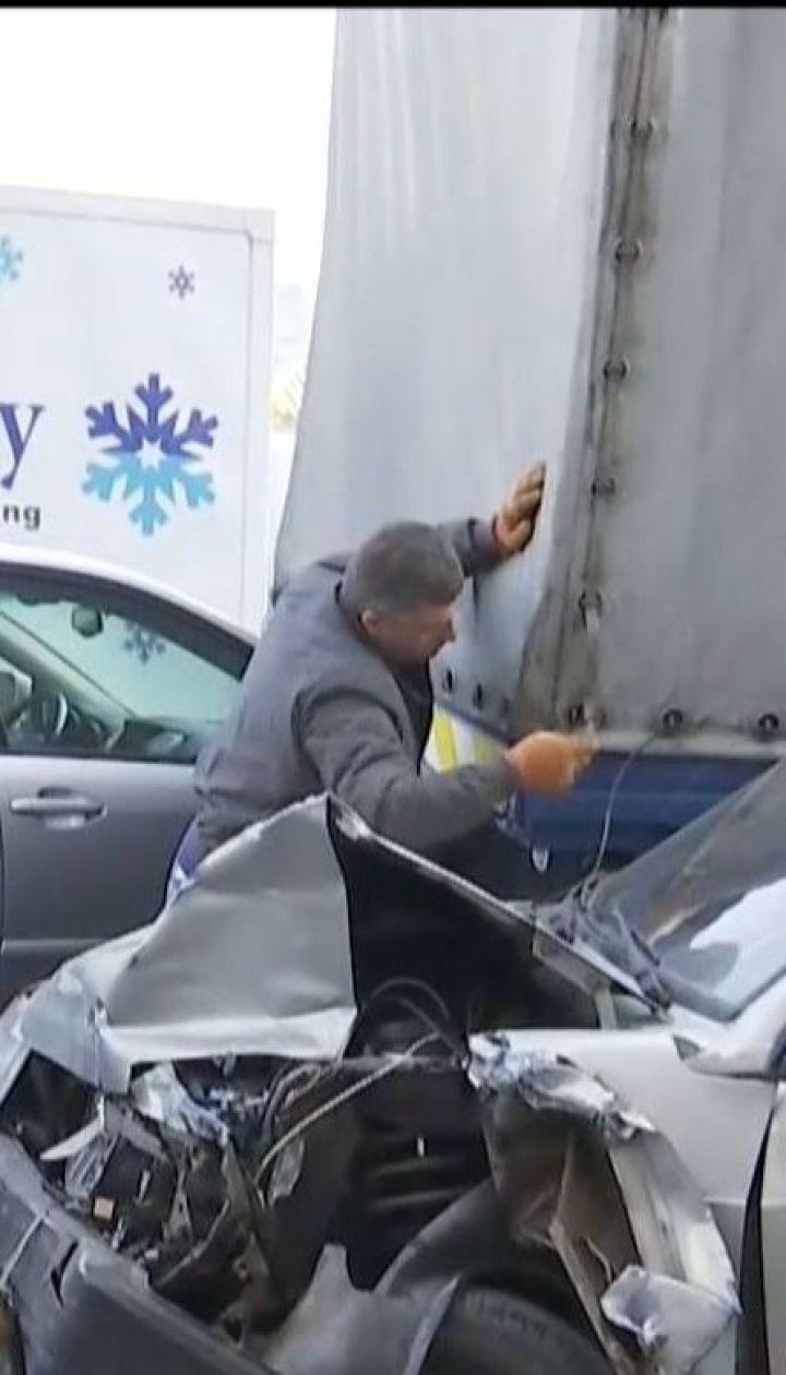 На Подолі водій зачепив кілька легкових авто та вилетів на тротуар