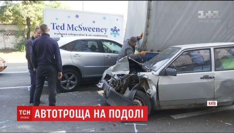 На Подоле водитель зацепил несколько легковых авто и вылетел на тротуар
