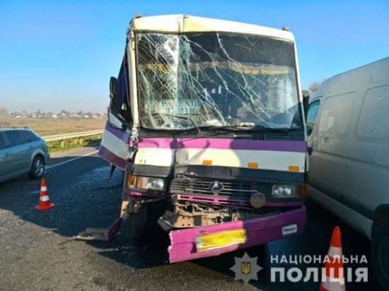 На Львівщині маршрутка з пасажирами наздогнала вантажівку, є постраждалі