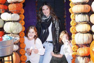 До Геловіну готова: Алессандра Амбросіо повеселилася з дітьми