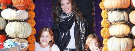 К Хэллоуину готова: Алессандра Амбросио повеселилась с детьми