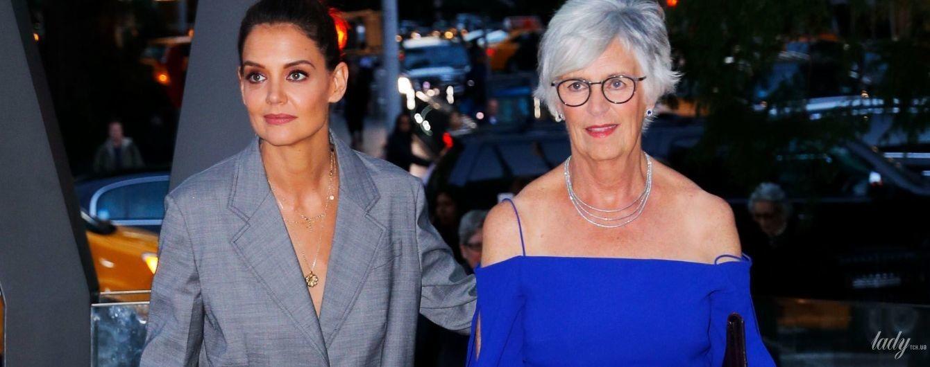 Кэти Холмс в перьях, а ее мама с обнаженными плечами: дерзкие образы светских дам