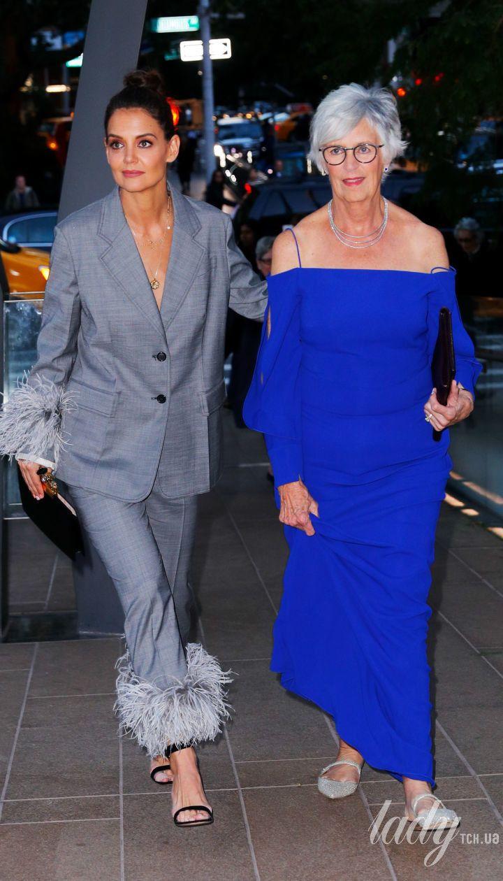 Кеті Голмс в пір'ї, а її мама з оголеними плечима: зухвалі образи світських дам