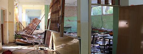 Розтрощені вікна та сліди крові на підлозі. Агентства оприлюднили нові фото з коледжу у Керчі