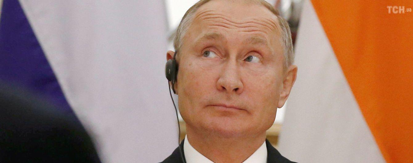 """В РФ заарештували активістів, які побажали Путіну на день народження """"довгих років в'язниці"""""""
