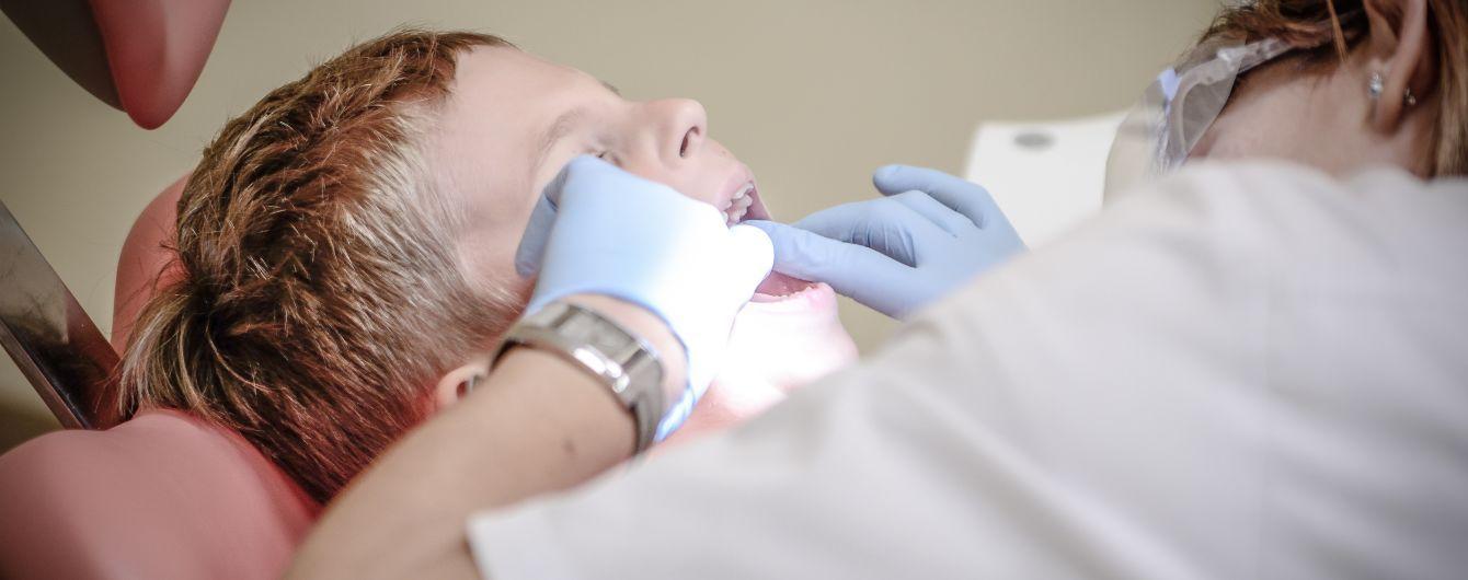 Досвід ТСН: Пастеризоване молоко може врятувати вибитий зуб, а медики закріплять його на місце