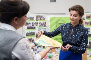 У блузці з пікантним вирізом і з червоним манікюром: Марина Порошенко у Запорізькій області